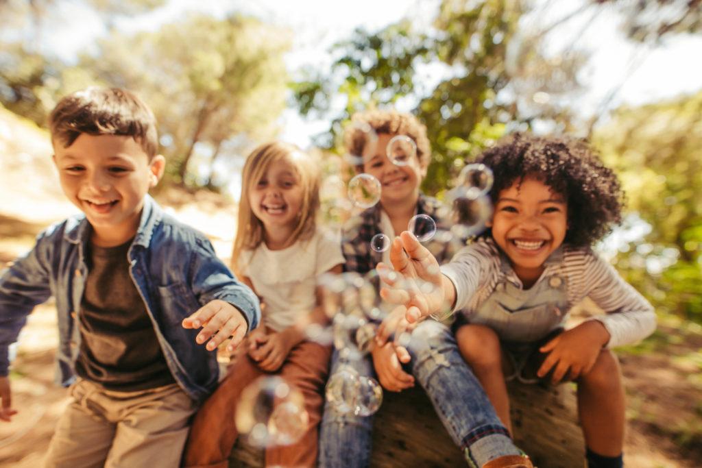 Glade børn og sæbebobler 1024x683 - 'Børn har brug for mere uafhængig tid'