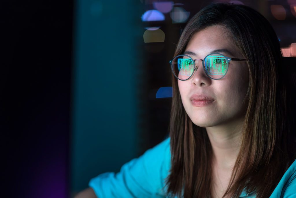 Refleksion i briller 1024x683 - Nyt studie: 'Mørke mønstre' får dig til at købe ting, du ikke har brug for